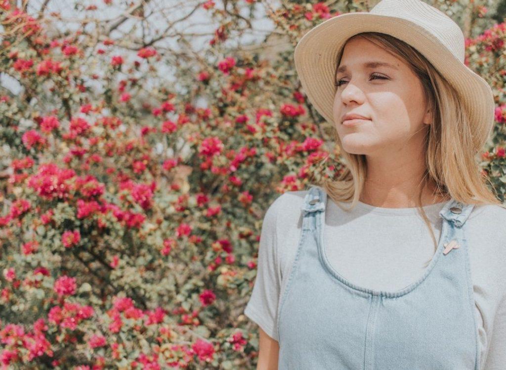 kobieta w różanym ogrodzie
