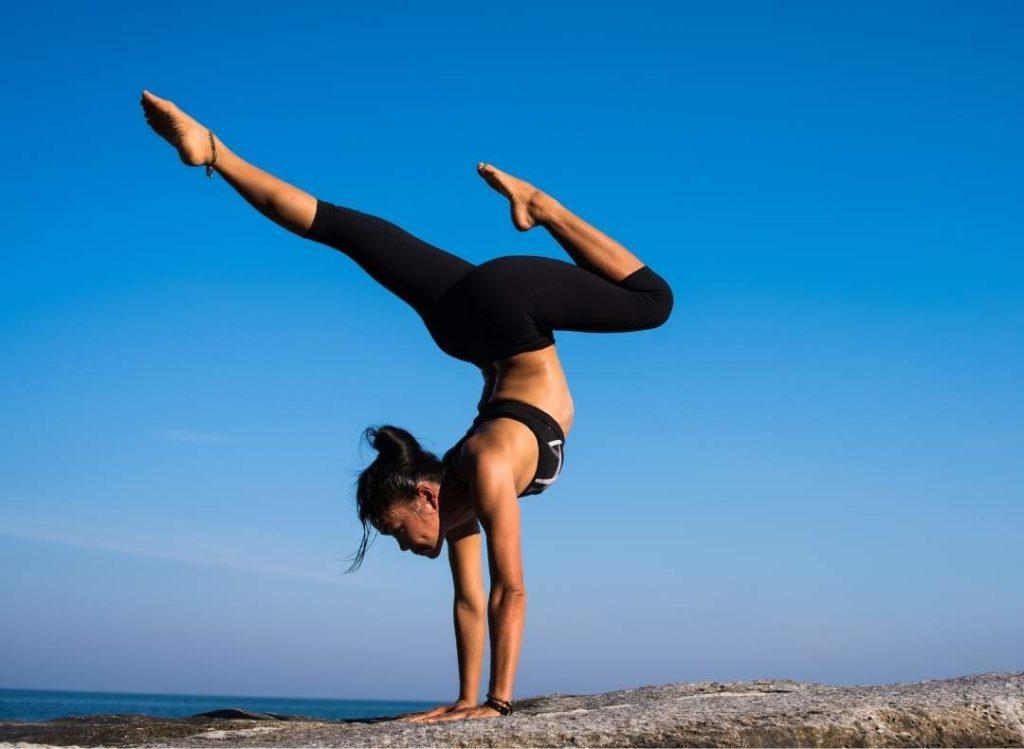 kobieta ćwiczy joge